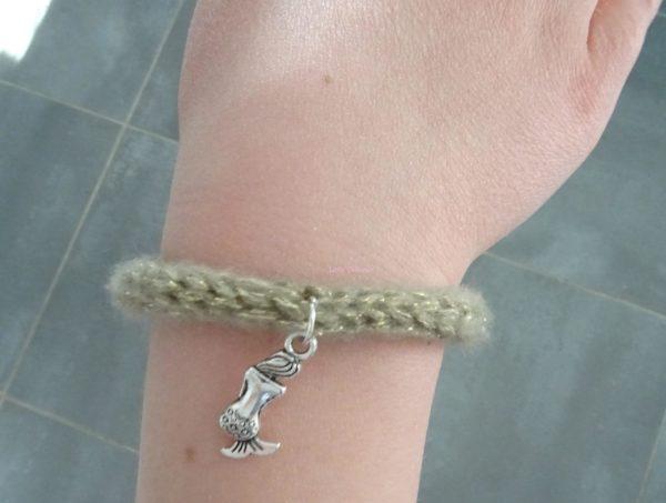 bracelet tricotin sur poignet