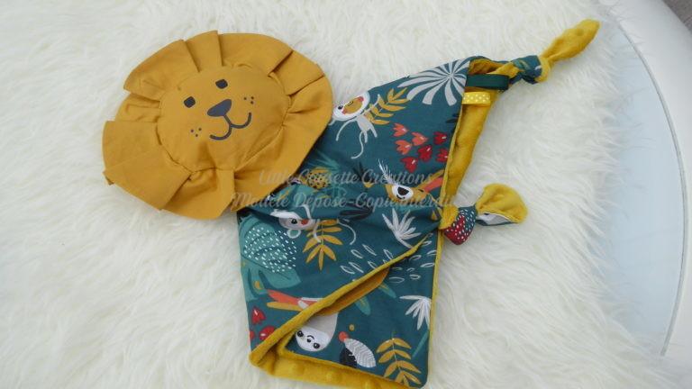 Doudou plat modèle LION, personnalisé prénom et tissu